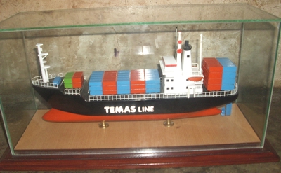 wood-ship-miniature-temas-line-containers